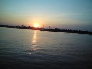 Pemandangan saat matahari terbit di Pelabuhan Sampit